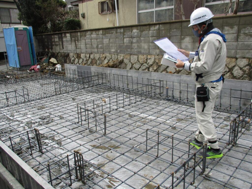 頑丈で安定性のある建物の鉄筋の様子を確認する専門家